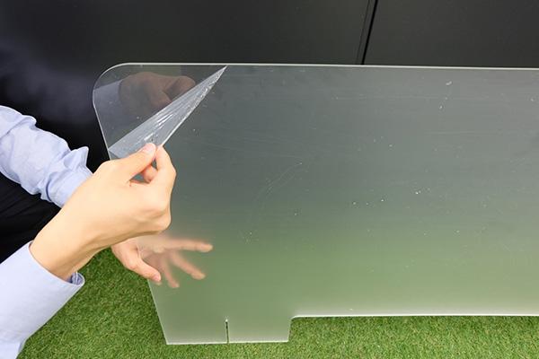 ダンボールから開封後、表面についている保護シートをすべて剥がします。