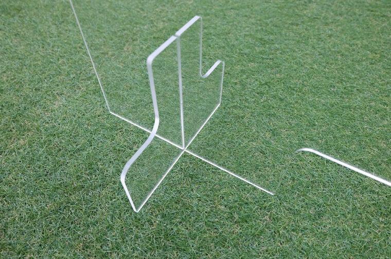【STEP4】脚が奥まで入り、本体部分がデスクから浮いていない状態になったら組み立て完了!