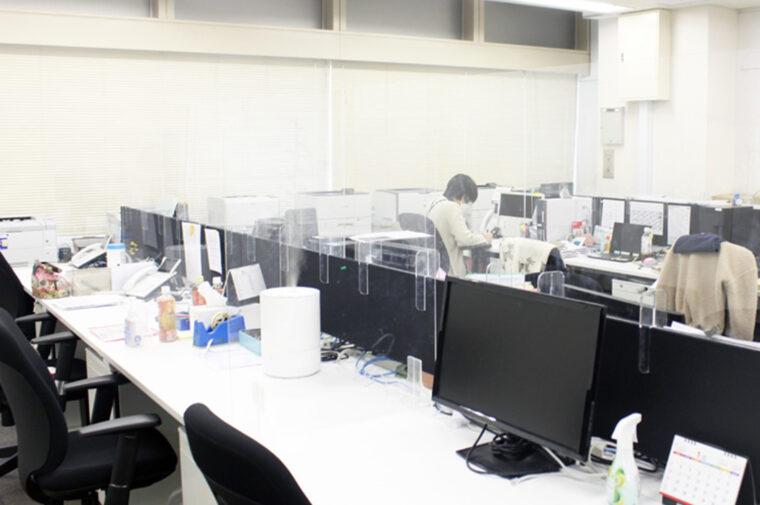 葛西事業所の「飛沫防止アクリルパーテーション」の設置状況