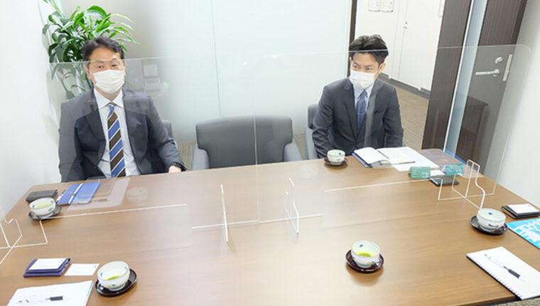 会議室にはコロタツから購入した飛沫防止アクリルパーテーションが設置されている